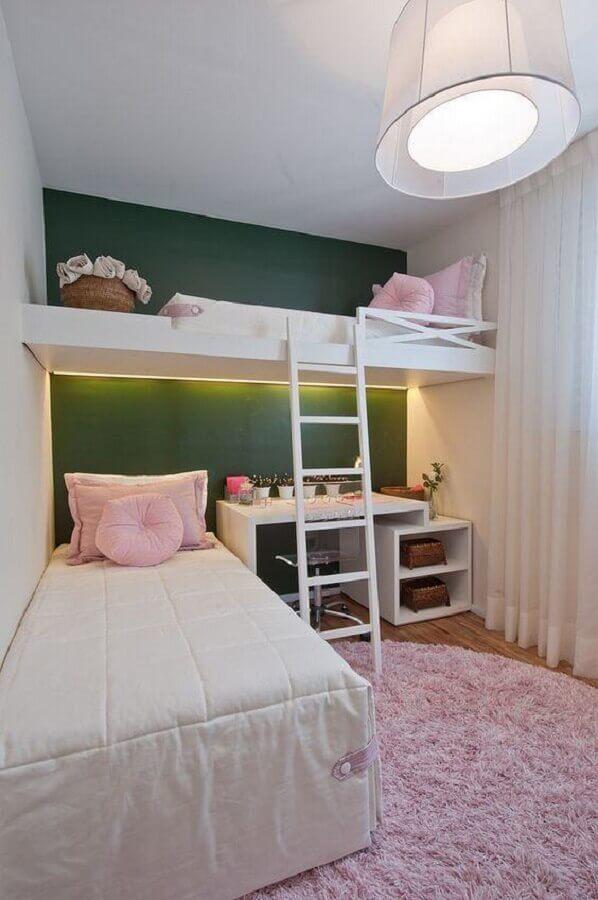 parede verde para decoração de quarto de menina planejado com duas camas e tapete rosa redondo Foto Home Fashion Trend