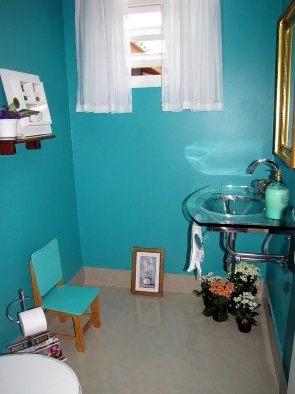 pia de banheiro de vidro paredes azuis