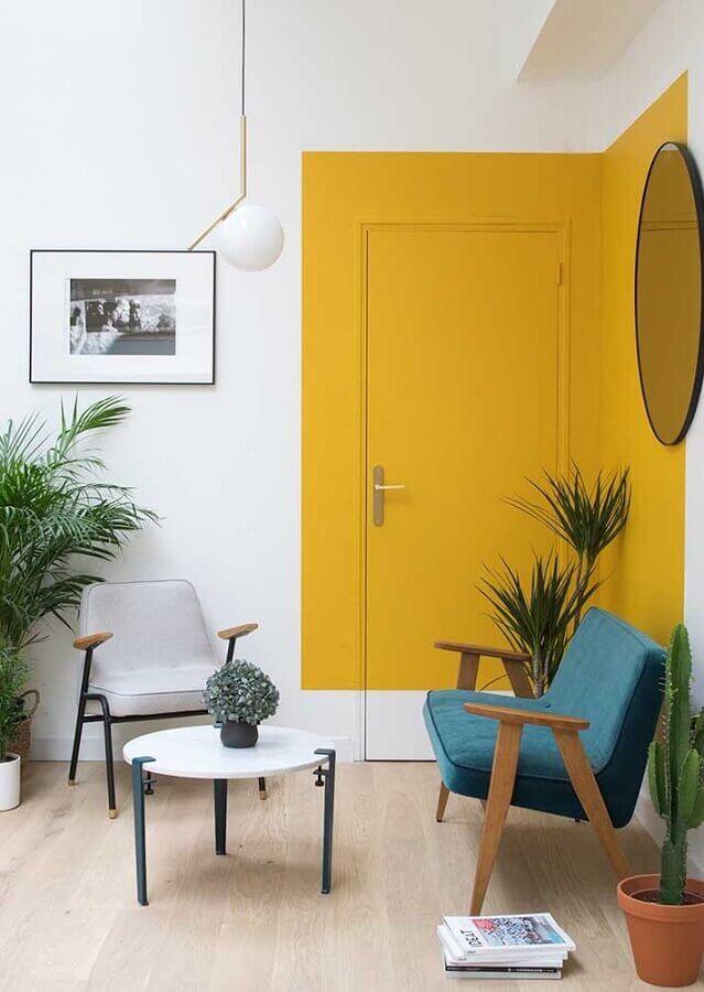 poltrona de madeira para decoração de sala amarela Foto Homedit