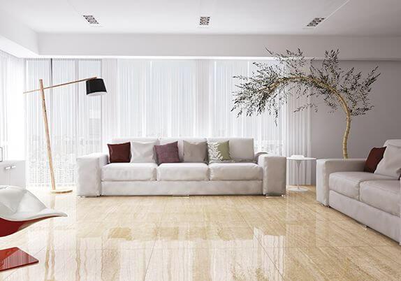Sala de estar com porcelanato bege polido