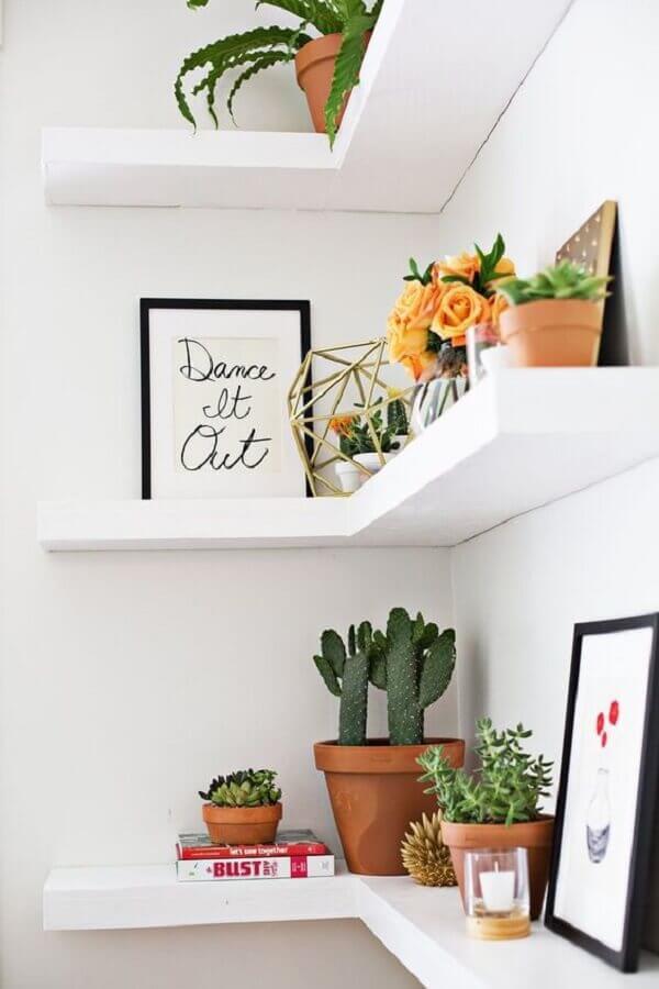 prateleira de canto com decoração clean Foto House Beautiful