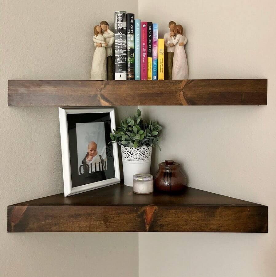 prateleira de canto de madeira Foto Jon Mandich