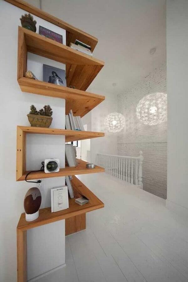 prateleira de canto de madeira em corredor Foto ArchZine