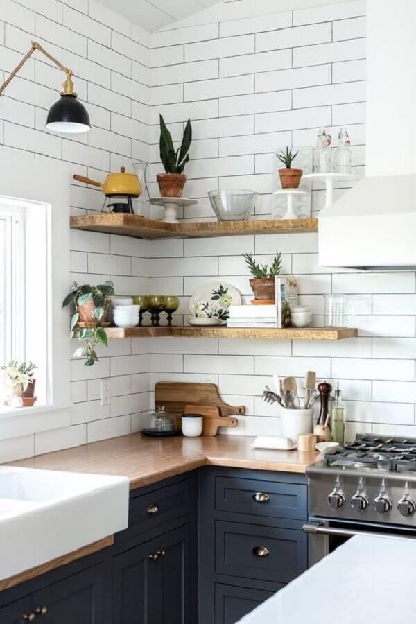 prateleira de canto de madeira para cozinha planejada azul com armários clássicos Foto Apartment Therapy
