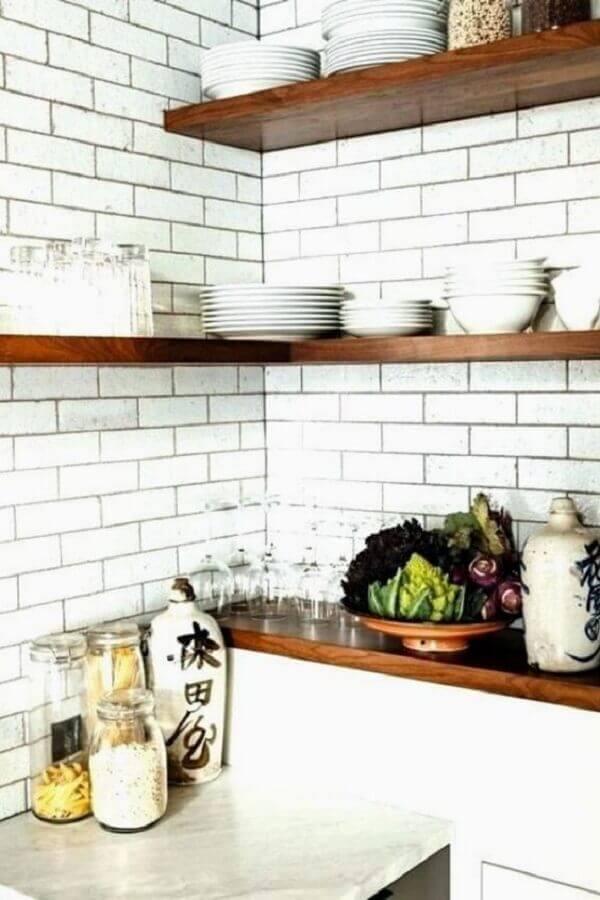 prateleira de canto de madeira para decoração de cozinha branca Foto Home Decor