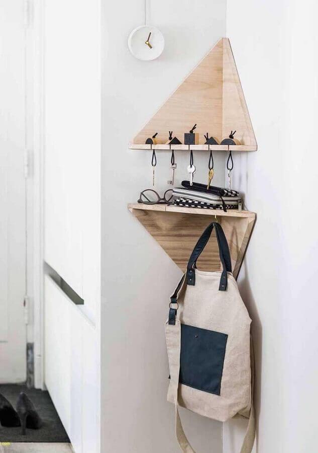 prateleira de canto de madeira pequena com ganchinhos para chave Foto Pinterest