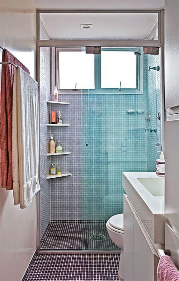 prateleira de canto para banheiro simples com pastilhas azuis Foto Tudo Construção