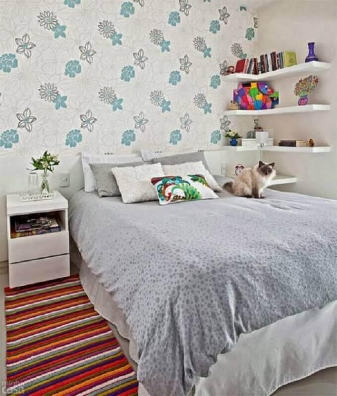 prateleira de canto para quarto com decoração simples Foto Dcore Você