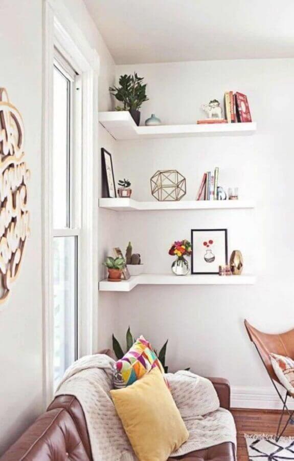 prateleira de canto para sala branca decorada com sofá de couro marrom Foto Futurist Architecture