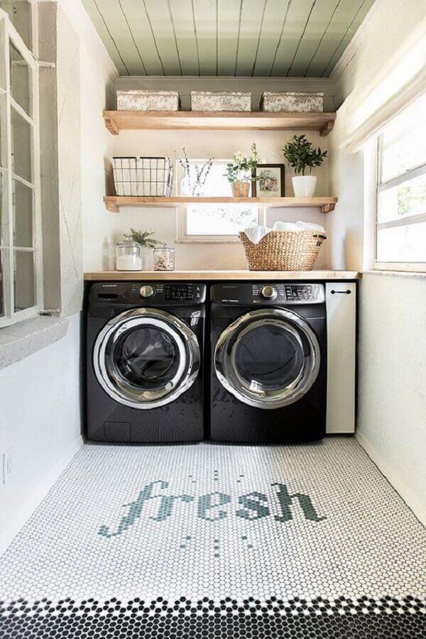 prateleira de madeira para modelo de lavanderia simples e pequena Foto Casa Tres Chic