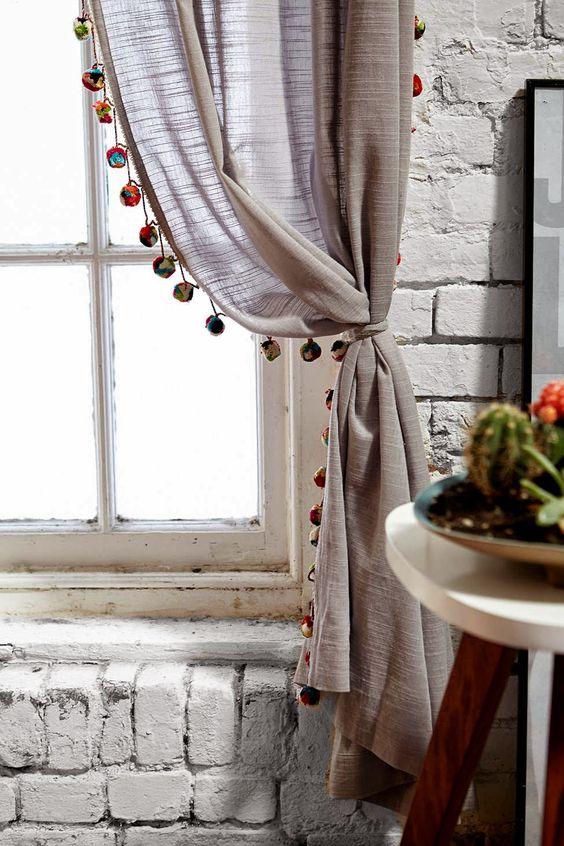 Prendedor de cortina cinza com pompons