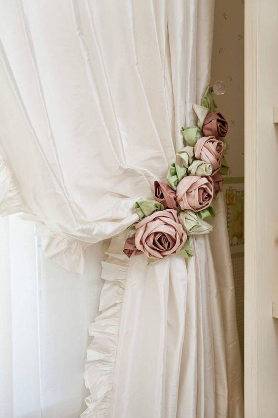 Prendedor de cortina com flor de tecido
