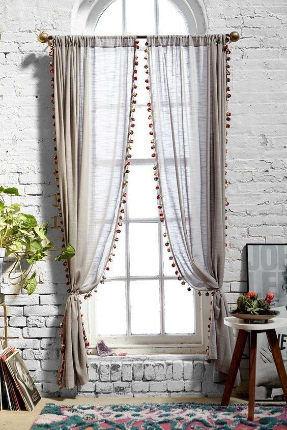Prendedor de cortina simples com pompons nas bordas do tecido