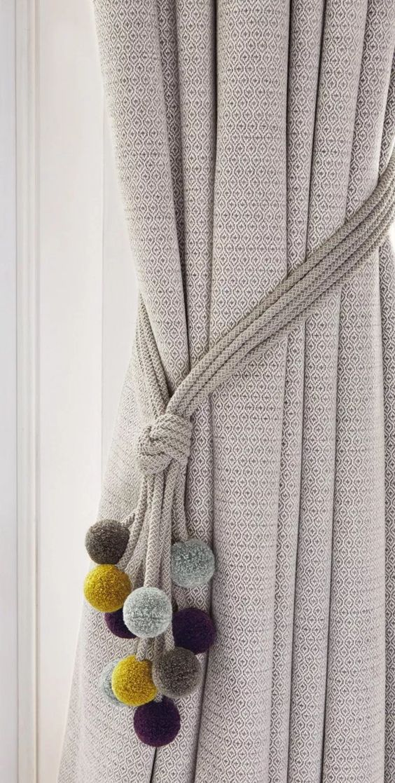 Prendedor de cortina com pompom colorido