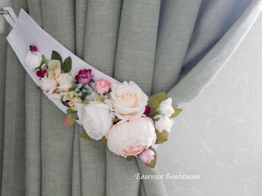 Prendedor para cortina com flores artificiais