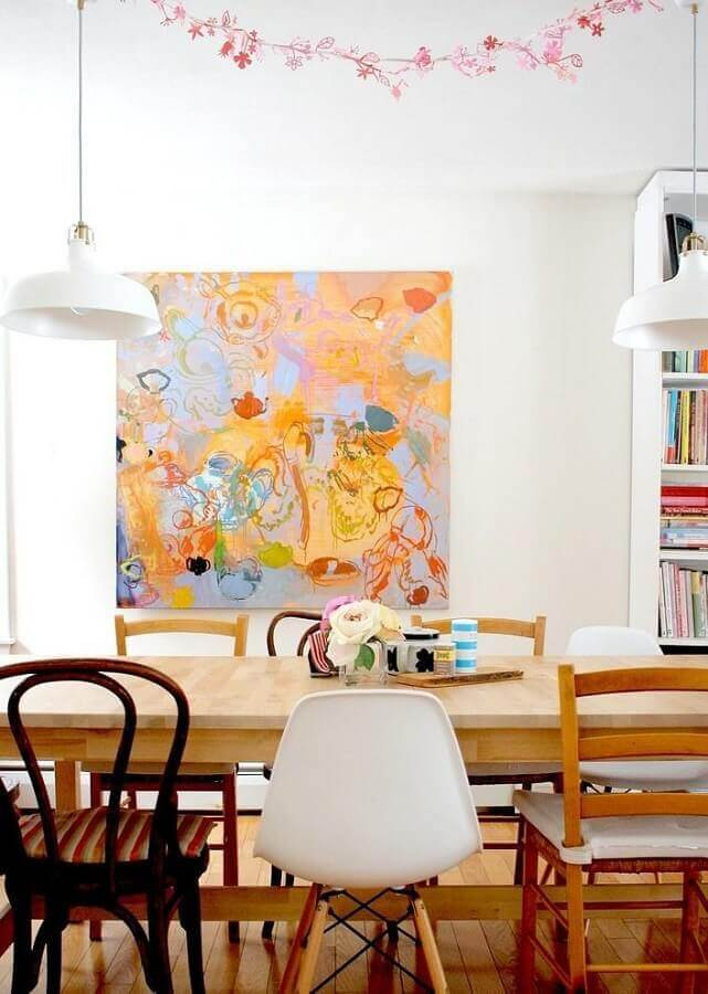 quadro abstrato colorido para decoração de sala de jantar com cadeiras diferentes Foto Webcomunica