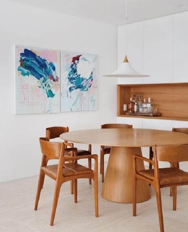 quadros abstratos coloridos para sala de jantar branca decorada com mesa e cadeiras de madeira Foto LZ Studio