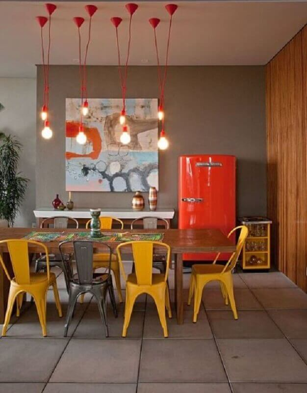 quadros abstratos coloridos para sala de jantar com mesa de madeira e pendentes vermelhos Foto Decoração e Ideias
