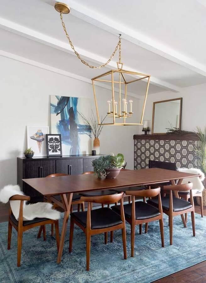 quadros decorativos abstratos para decoração de sala de jantar com tapete azul e mesa de madeira Foto Pinterest