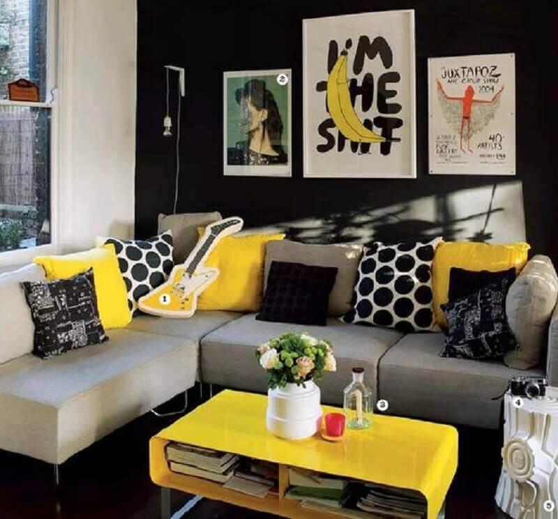quadros e sofá de canto para decoração de sala amarela e preta Foto Pinterest