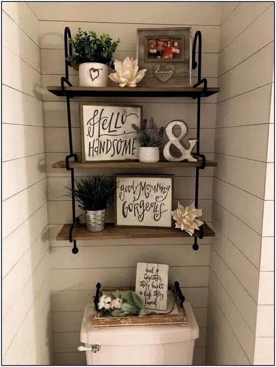 Quadros para banheiro na prateleira acima do vaso