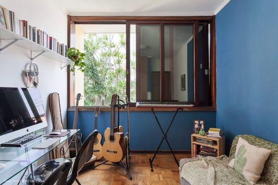Quarto com janela de madeira