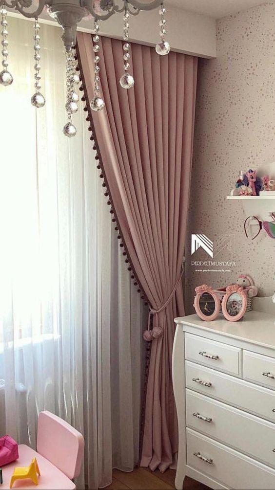 Quarto com prendedor de cortina de pompom