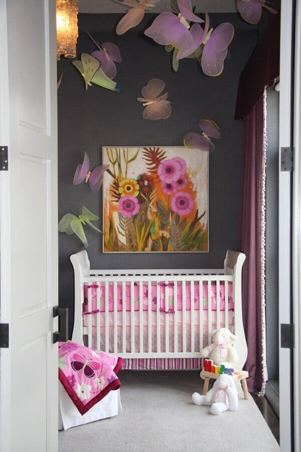 quarto de bebê cinza e rosa decorado com borboletas de tecido Foto Pinterest