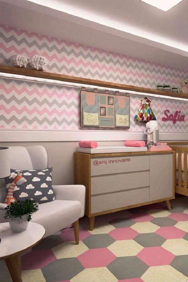 quarto de bebê cinza e rosa decorado com papel de parede chevron e tapete geométrico Foto Papel Decor