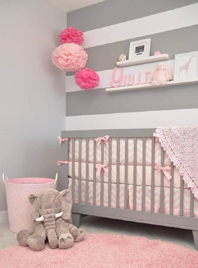 quarto de bebê cinza e rosa decorado com papel de parede listrado Foto Ultimas Decoração