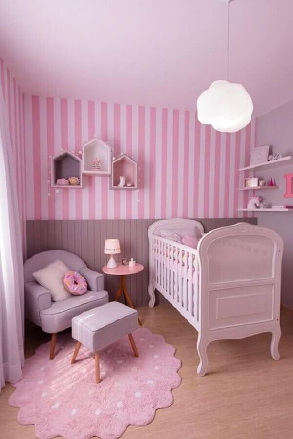 quarto de bebê rosa decorado com luminária de nuvem e papel de parede listrado Foto Papel Decor