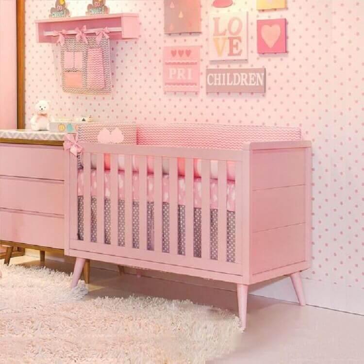 quarto de bebê rosa decorado com papel de parede de bolinhas Foto Pinterest