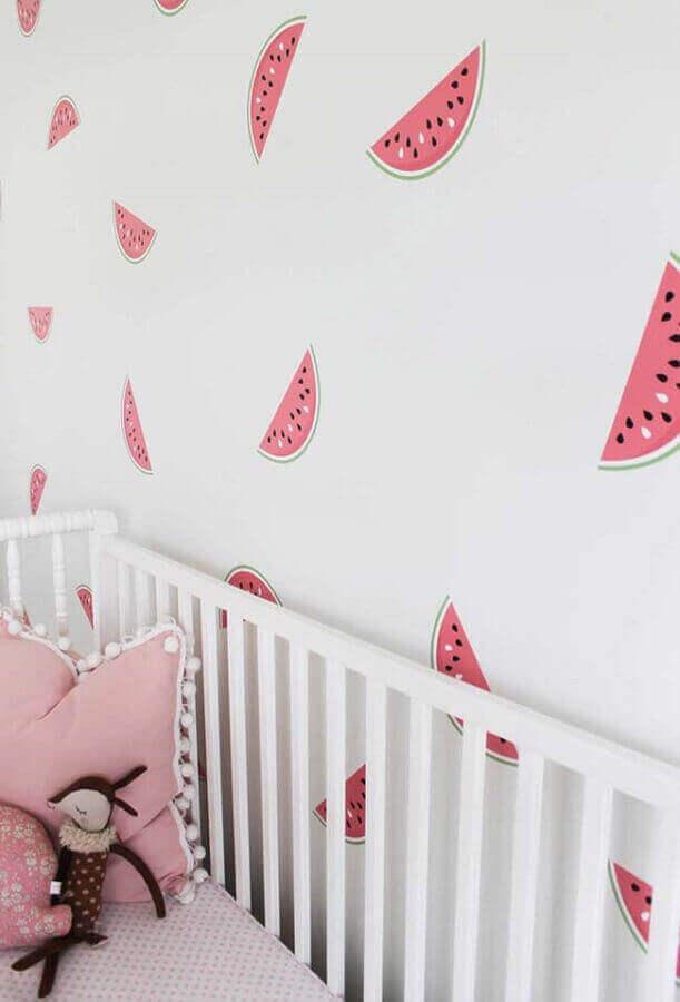 quarto de bebê rosa e branco decorado com papel de parede com desenhos de melancias Foto Frenchy Fancy