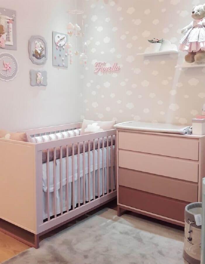 quarto de bebê rosa e branco decorado com papel de parede de nuvens Foto Puro Amor