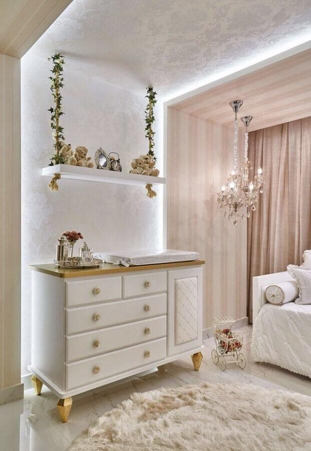 quarto de bebê rosa e branco decorado com prateleira suspensa e lustre de cristal Foto Futurist Architecture
