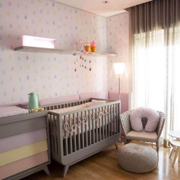quarto de bebê rosa e cinza decorado com papel de parede com gostas coloridas Foto Pinterest