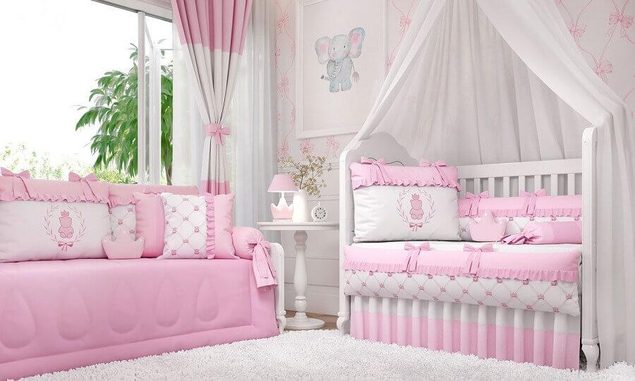 decoração de quarto de bebê rosa e branco com berço com dossel Foto Grão de Gente