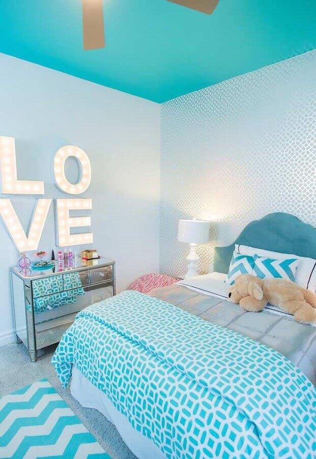 quarto de menina azul e branco decorado com cômoda espelhada Foto We Heart It