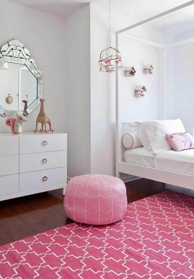 quarto de menina branco e rosa decorado com espelho bisote Foto Apartment Therapy