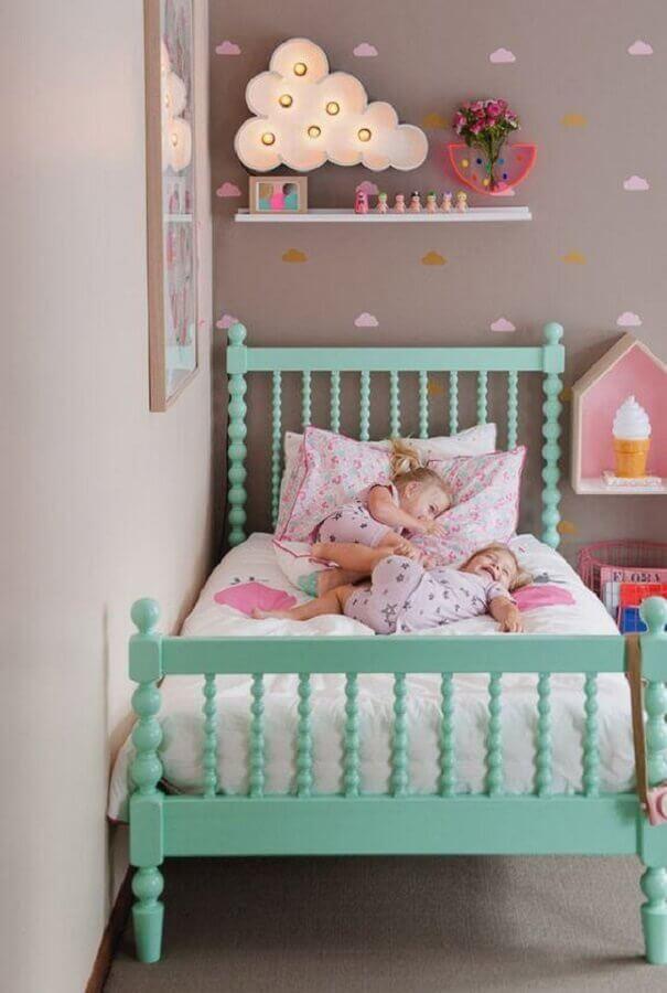quarto de menina decorado com cama verde água e parede cinza com adesivo de nuvens coloridas Foto Webcomunica
