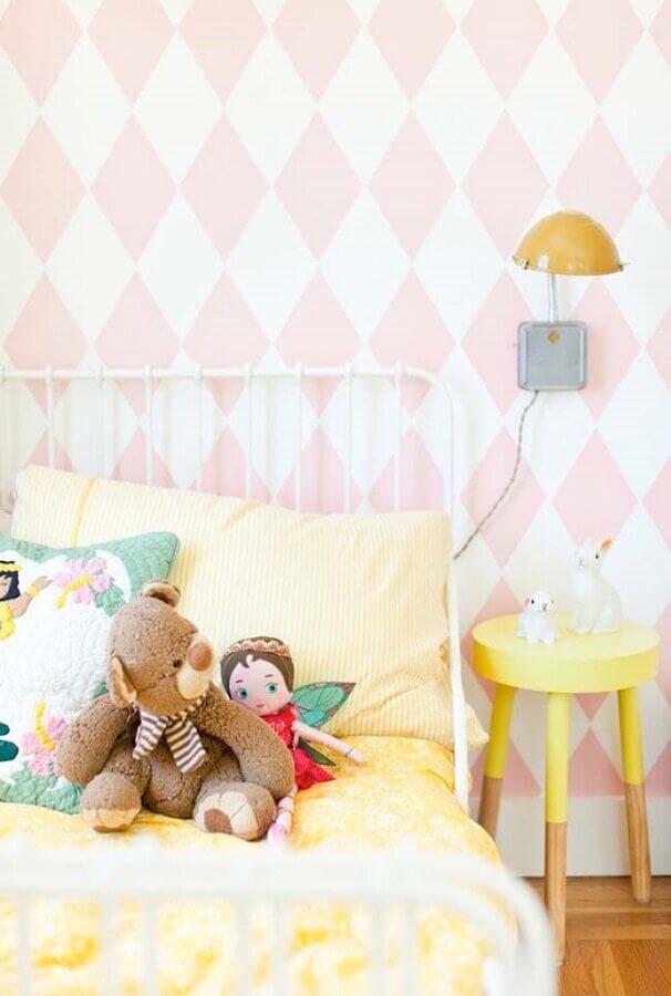 quarto de menina decorado com papel de parede geométrico branco e rosa Foto Pinterest
