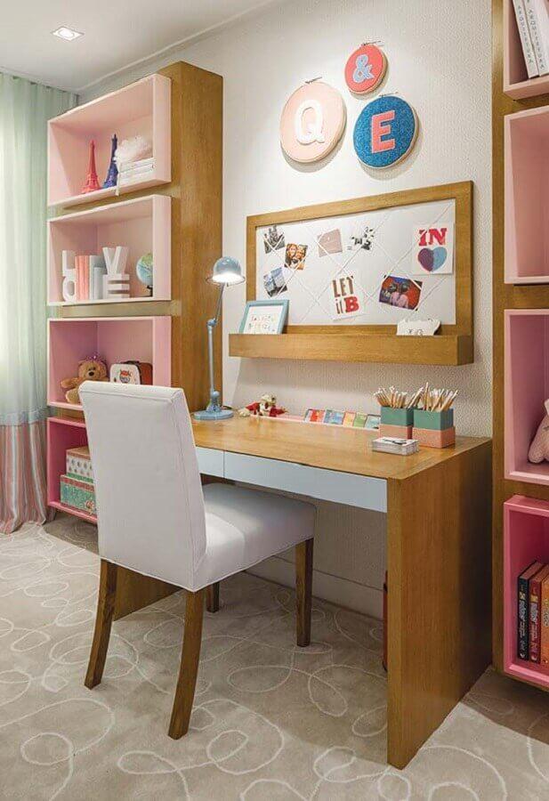 quarto de menina planejado com bancada de estudos e estante de nichos Foto Casa Casada