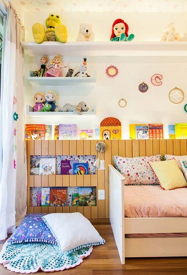 quarto de menina planejado com marcenaria para colocar livros Foto Pinterest