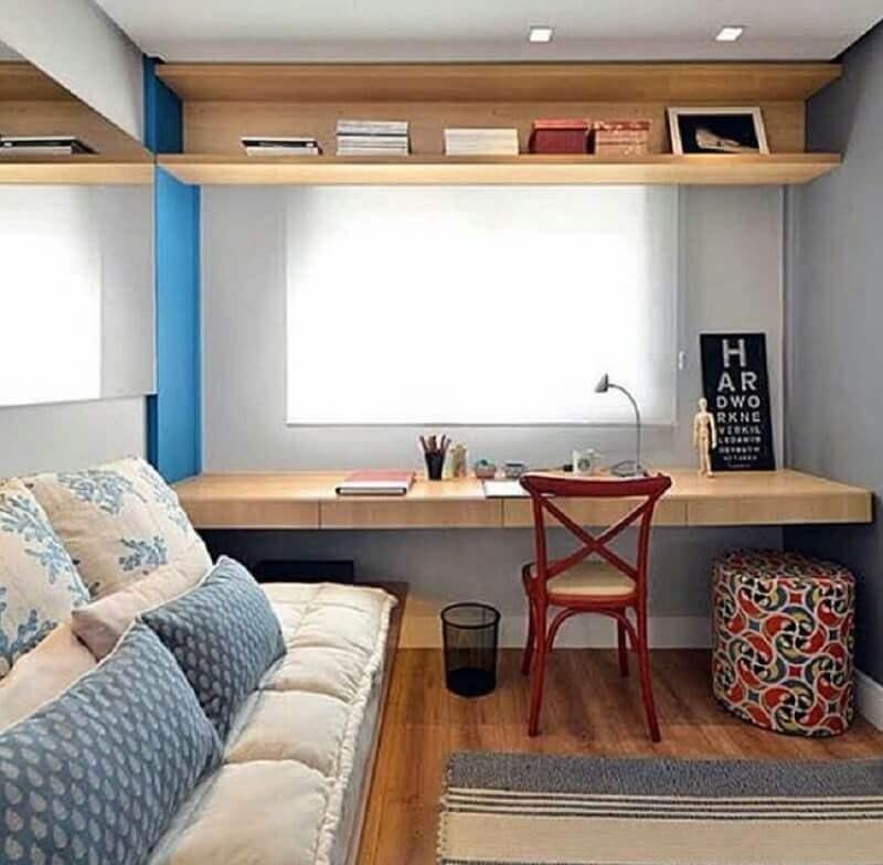 quarto decorado com bancada de madeira para escritório em casa Foto Simples Decoração