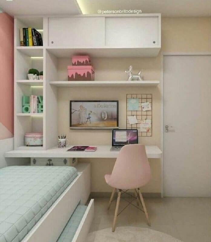quarto decorado com escrivaninha branca com estante Foto Home Designer
