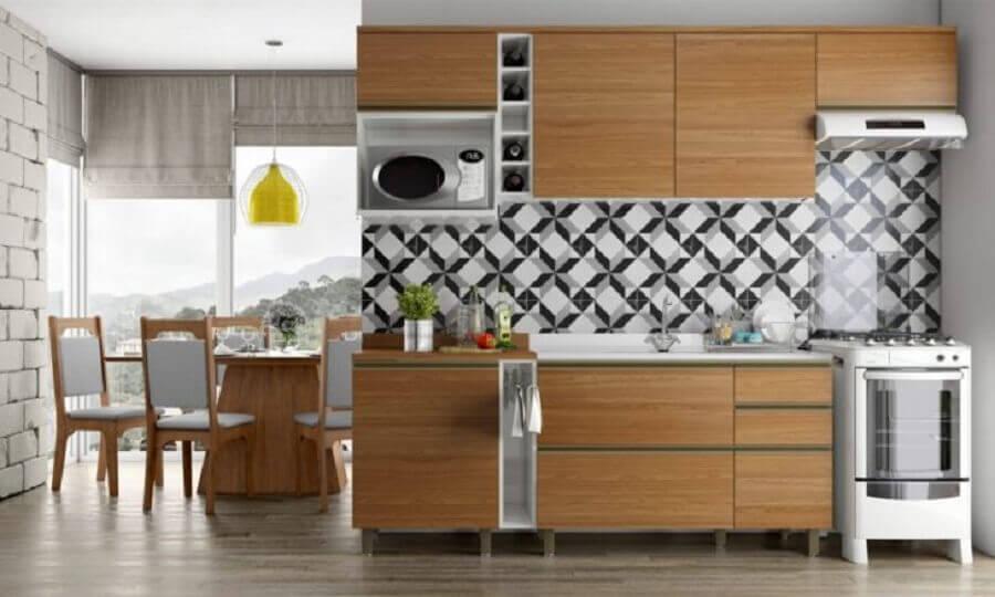 revestimento geométrico para decoração de cozinha modulada com armários de madeira Foto Pradel Móveis
