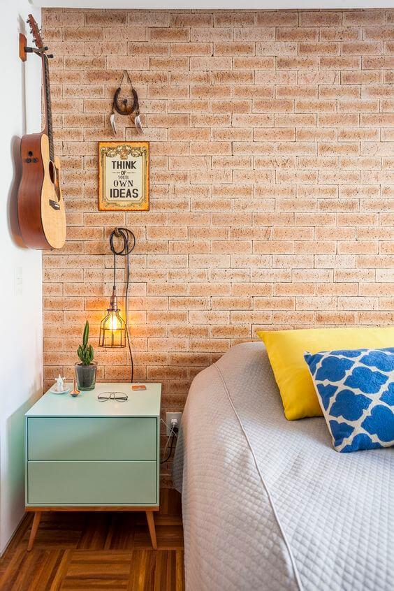 Revestimento para quarto de solteiro com papel de parede de tijolinho