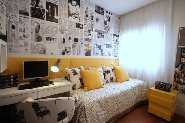 Revestimento para quarto de solteiro com papel de parede de jornal