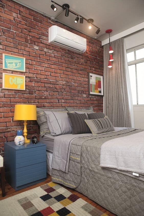 Revestimento para quarto de tijolinho com móveis modernos