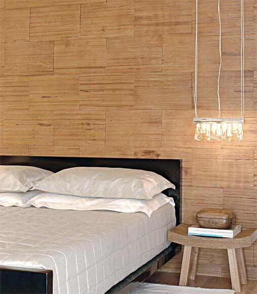 Revestimento para quarto de casal de madeira com lustre moderno ao lado